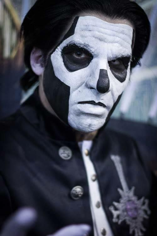 Watch Ghost S Papa Emeritus Falls Off Stage Sofa King Cool Magazine Entertainment News